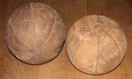 Oude lederen vintage gymnastiek ballen; Medicine ball's