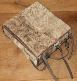 Vintage  rugtas uit het zwitserse leger (koeiehuid)