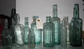 Diverse oude glazen flesjes.