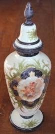 glazen vaas beschilderd met engelen en voorzien van deksel