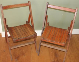 Twee hardhouten klap stoeltjes