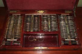 Mahonie houten kist met opticien glaasjes