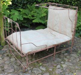 Oud engels metalen inklapbaar bed, ideaal als loungebank op veranda