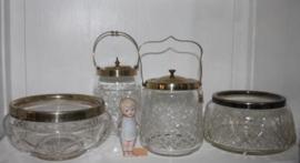 Diverse Glazen koekjes potten en glazen schalen.