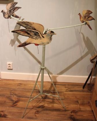 Oud carousel met duiven