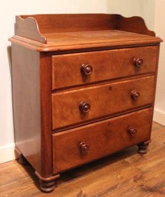 Mahonie houten ladekast