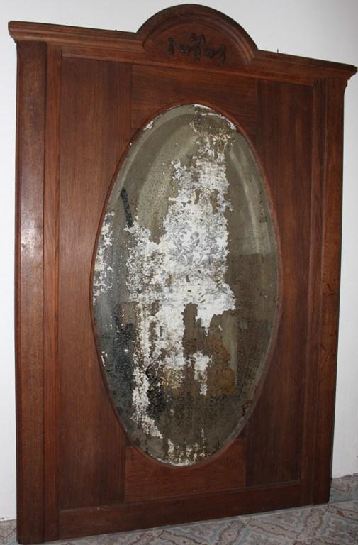Grote verweerde spiegel in houten omlijsting