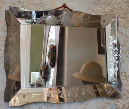 Oude spiegel met geetste rand