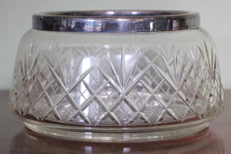Glas geslepen schaal met verzilverde rand