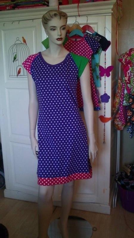 Vrolijke dames jurk met raglanmouw