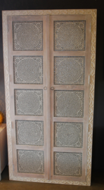 oosterse kast met houtsnijwerk en mozaïek