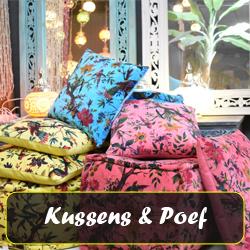 kussens en poefjes met kleurrijke stof uit India