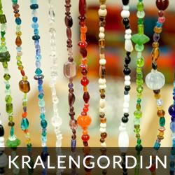 vliegengordijn van glaskralen in sprankelende kleuren