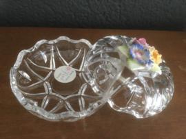 Glazen potje met porseleinen bloemetjes