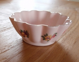 Klein rose porceleine schaaltje met bloemetjes