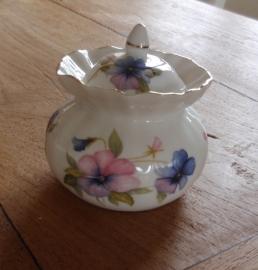 Porcelein potje met viooltjes