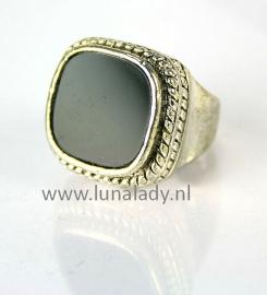 Ring met zwarte steen. 095