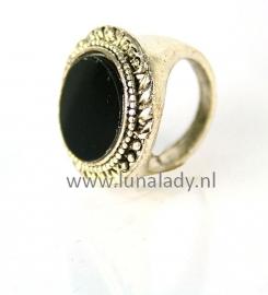 Ring met zwarte steen. 098