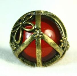 ring bloedrood met bronskleur.