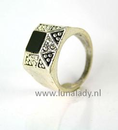 Ring met zwarte steen. 102