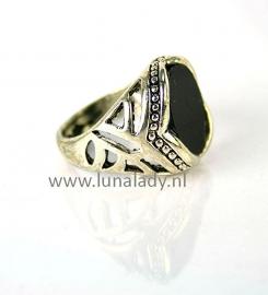 Ring met zwarte steen. 104