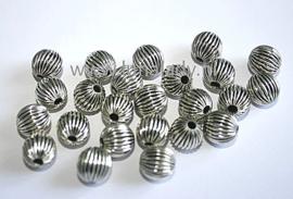Gegolfde metalen kralen, platinumkleur, 25 stuks.