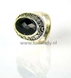 Ring met zwarte steen. 107