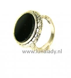 Ring met zwarte steen. 100
