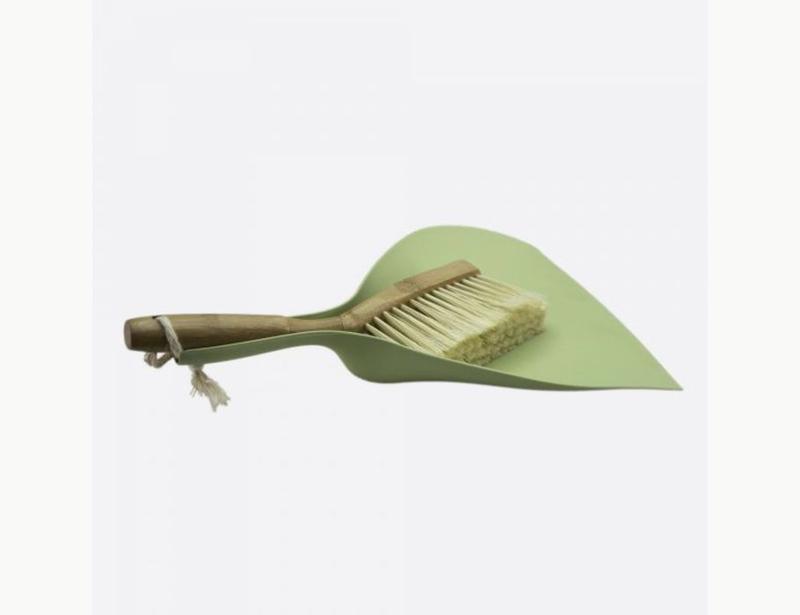 veger en blik van bamboe en gerecycled plastic