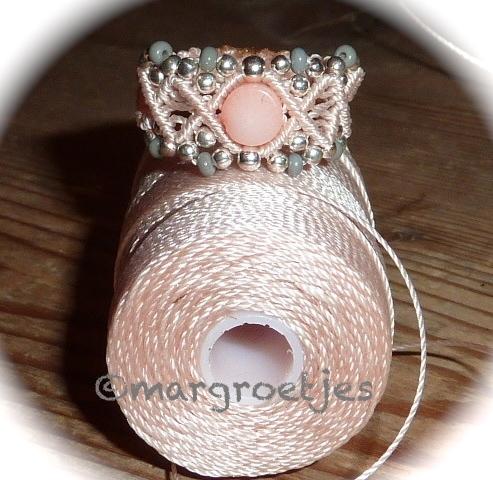 seashell met grijze ring, Macrame margroetjes.jpg