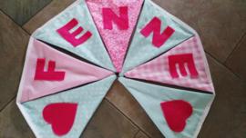 Fenne,mint groen met licht roze en fuchsia roze letters.