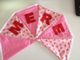 Mere in licht roze stipjes en een pip roosje met rode letters