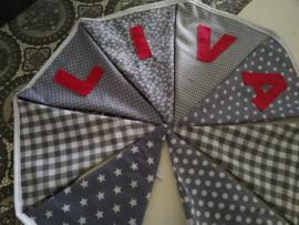Liva, grijze stofjes met fuchsia letters