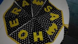 Hoera sam, zwarte stofjes, Gele letters en band
