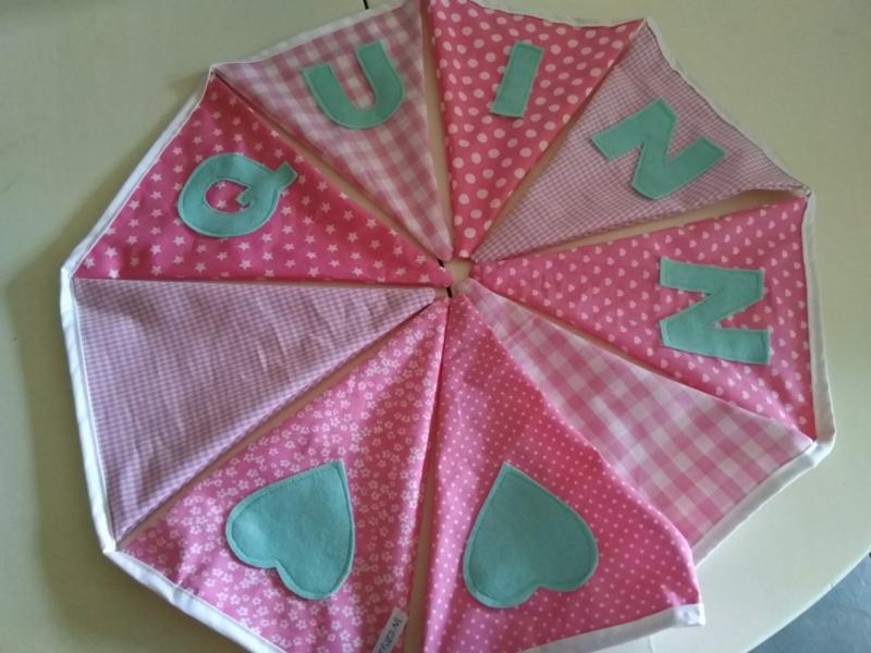 Quinn, licht roze stofjes met mint groene letters