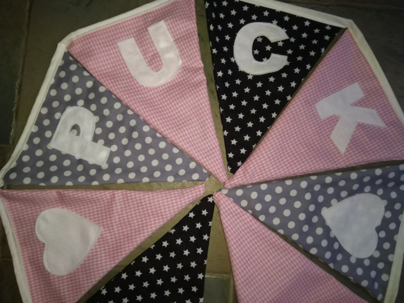Puck = zwarte sterren grijze stippen en licht roze ruit