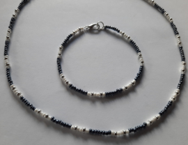 Ketting en armband  donkergrijs wit of rood wit