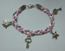 Gevlochten armband maken met hangers in meerdere kleuren