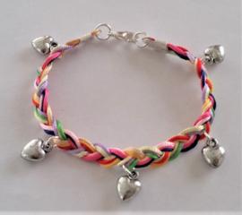 Gevlochten armband met hartjes gekleurd