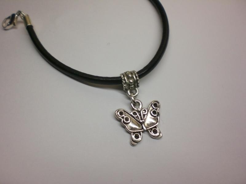 Zelfmaak leer armband met hanger vlinder   Sieraden maken