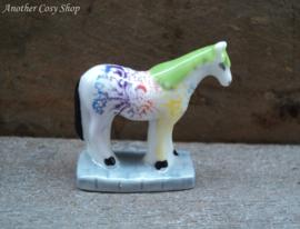 Beeldje kleurrijk beschilderd paardje
