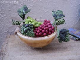 Poppenhuis miniatuur schaal met druiventrossen 1:12