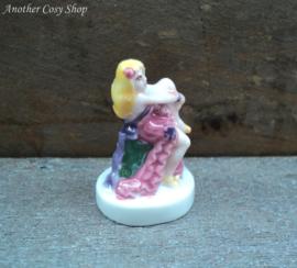 Beeldje pin-up meisje in roze jurk