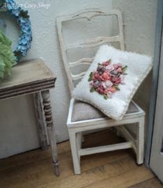 Poppenhuis miniatuur kussentje met geborduurde veelkleurige roosjes