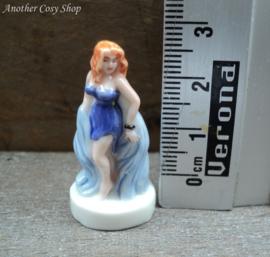 Beeldje pin-up meisje in blauwe korte jurk
