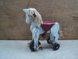 Speelgoed paardje op wielen