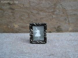 Poppenhuis  miniatuur fotolijstje met meisje schaal 1:12