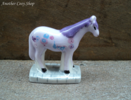 Beeldje paars-lila beschilderd paardje
