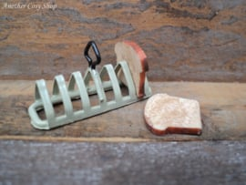Poppenhuis miniatuur rekje met toast schaal 1:12
