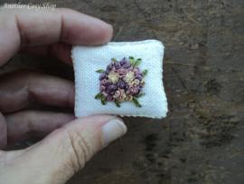 Poppenhuis miniatuur kussentje met geborduurde  oudpaarse roosjes